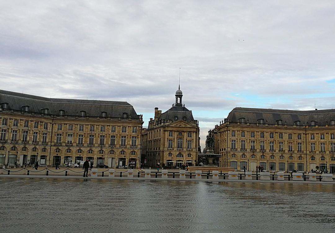 El palacio de la Bolsa un da nublado