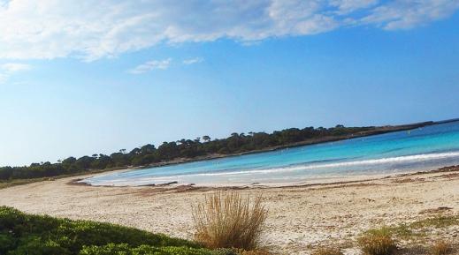 Arenal de Sonsaura, una bonita playa de menorca.