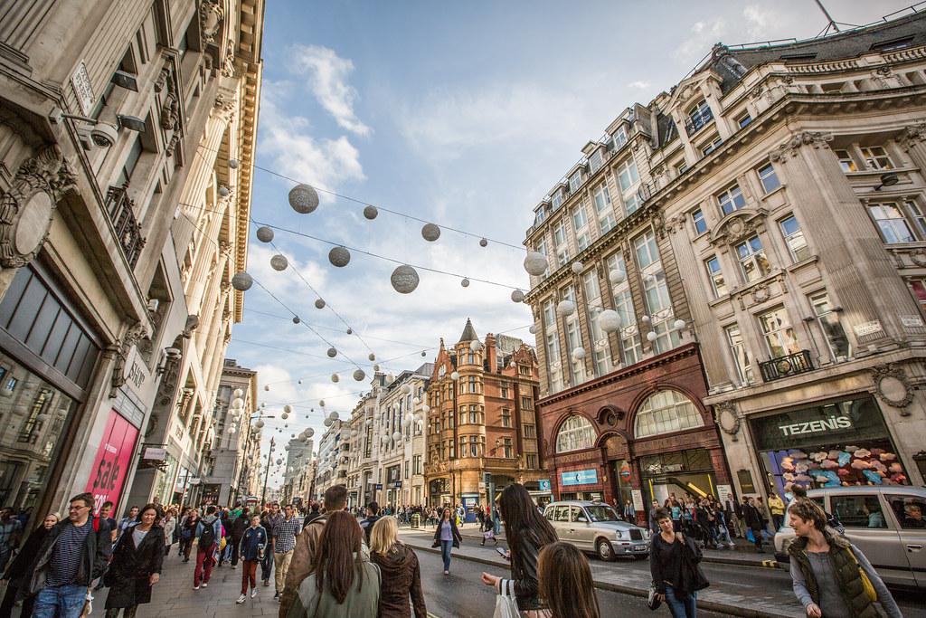 Pasear por Oxford Street una de las cosas que puedes hacer gratis en Londres.