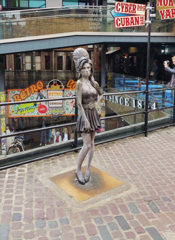 Visitar la estatua de Amy Winehouse en Camden es algo gratuito en la ciudad de Londres.