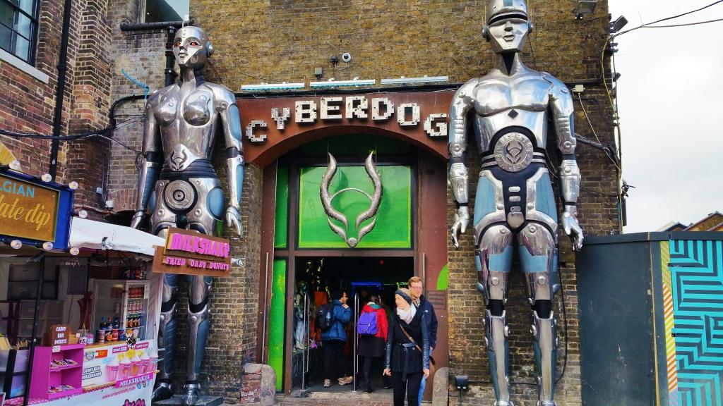 Entrar en Cyberdog es gratis y es algo que debes hacer en Londres, si o sí.